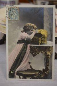 1905年 フランスアンティーク パンドラを開ける少女のポストカード